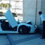 Un aparcacoches de un hotel indio estrella un Lamborghini al aparcarlo