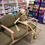 Gente que te hará esperar en una tienda de móviles