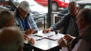 jugadores domino gente mayor