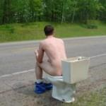 Hacer de vientre en un lavabo público