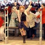 Gente que va a la inauguración de una tienda