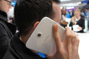 ¿Es un móvil? ¿Es una tablet? ¿Es una caracola y está escuchando el mar? Tabletófonos. Aaah