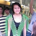 Inventan un chaleco con pinchos para evitar empujones en el metro